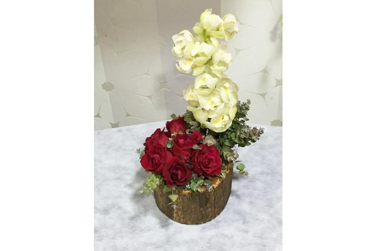 Kırmızı Güller ve Beyaz Orkideler